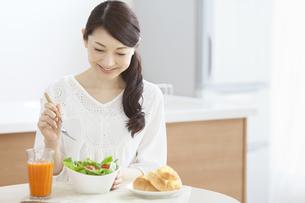 朝食を食べる女性の写真素材 [FYI01325446]
