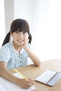 宿題をする女の子の写真素材 [FYI01325472]