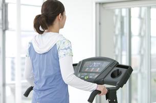 ジムで運動する女性の写真素材 [FYI01325481]