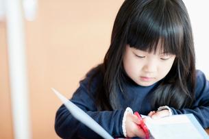 ハサミで切る女の子の写真素材 [FYI01325553]