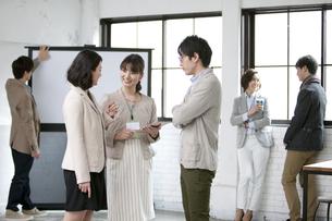 打合せをするビジネス男女6人の写真素材 [FYI01325567]
