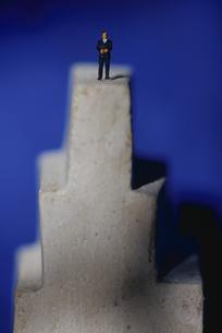 塔のてっぺんに立つビジネスマン クラフトの写真素材 [FYI01325635]