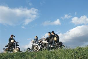 バイクと若者の写真素材 [FYI01325683]