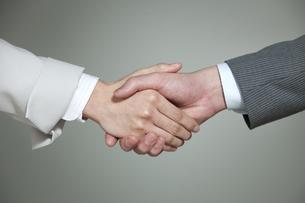 握手をするビジネス男女に手元の写真素材 [FYI01325693]