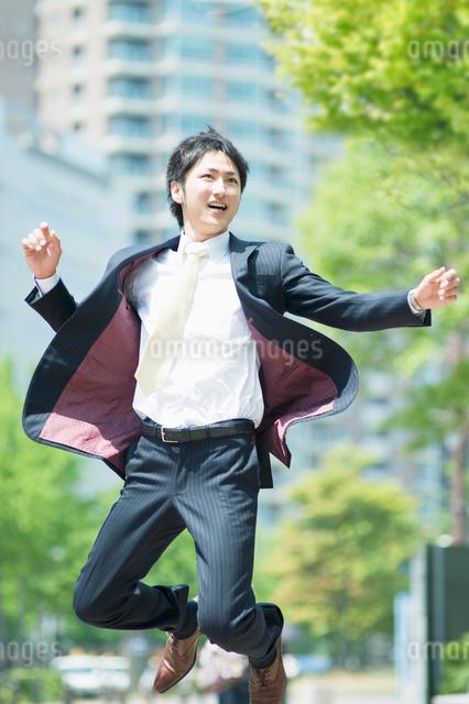 ジャンプするビジネスマンの写真素材 [FYI01325733]