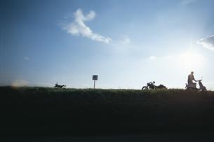 土手に停めたバイクの写真素材 [FYI01325775]