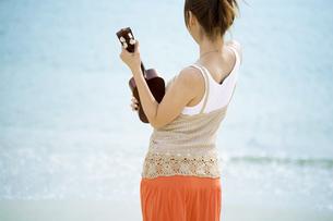 ウクレレを持った女性の写真素材 [FYI01325784]