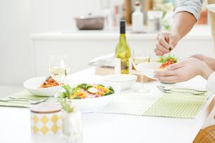 食事をしているカップルの写真素材 [FYI01325813]