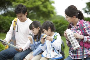 地図を見ている4人家族の写真素材 [FYI01325939]