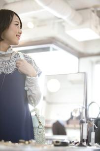 ショッピングをする女性の写真素材 [FYI01325955]
