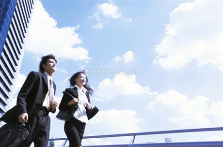 走るビジネスウーマンとビジネスマンの写真素材 [FYI01325964]