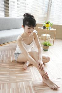 足をマッサージする女性の写真素材 [FYI01325971]