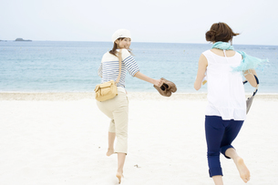 砂浜を走る女性2人の写真素材 [FYI01325986]