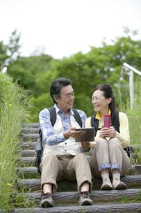 タブレットPCを操作する中高年夫婦の写真素材 [FYI01325995]