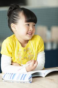 勉強をする女の子の写真素材 [FYI01326004]