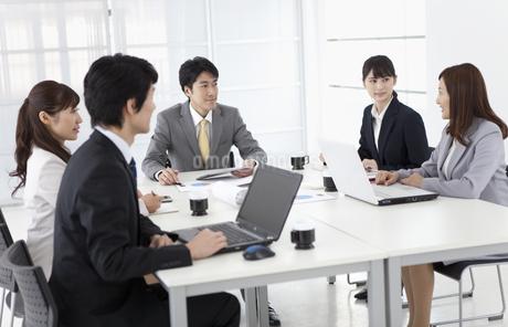会議をするビジネスマンとビジネスウーマン5人の写真素材 [FYI01326019]