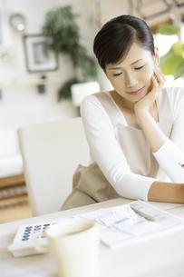 家計簿をつける女性の写真素材 [FYI01326044]