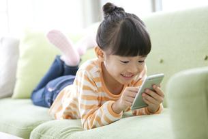 スマートフォンを操作する女の子の写真素材 [FYI01326131]