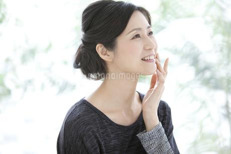 笑顔の中高年女性の写真素材 [FYI01326139]