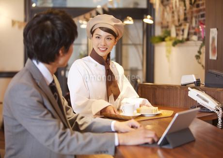笑顔の店員と客の写真素材 [FYI01326154]