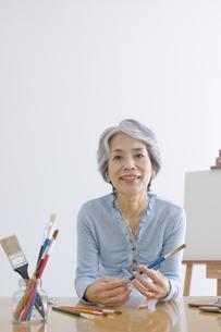 絵筆を持ったシニア女性の写真素材 [FYI01326161]
