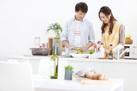 料理をしているカップルの写真素材 [FYI01326209]