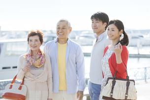 笑顔の家族4人の写真素材 [FYI01326221]
