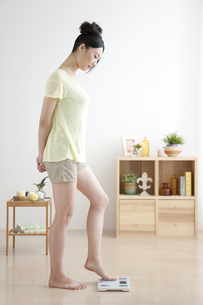 体重計に乗る女性の写真素材 [FYI01326231]
