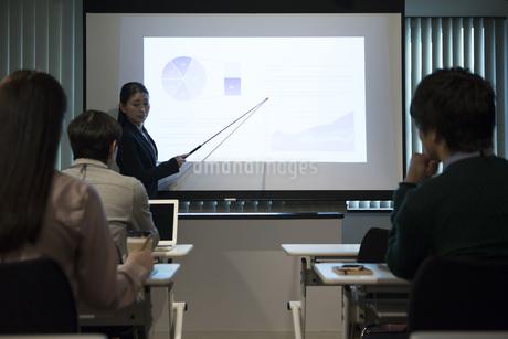 会議をするビジネス男女の写真素材 [FYI01326262]