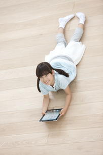 タブレットPCを持つ女の子の写真素材 [FYI01326263]