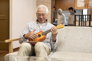 ウクレレを演奏するシニア男性の写真素材 [FYI01326337]