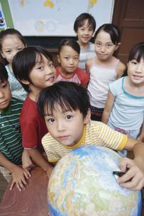 地球儀と小学生の写真素材 [FYI01326362]
