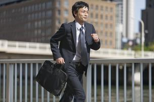 走るビジネスマンの写真素材 [FYI01326393]