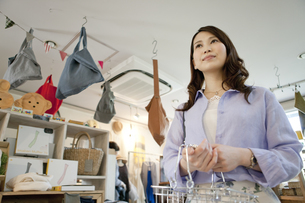 買い物をする女性の写真素材 [FYI01326407]