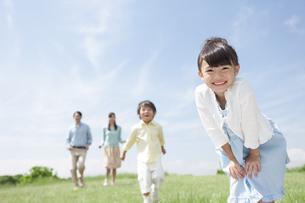 笑顔の女の子と家族の写真素材 [FYI01326444]