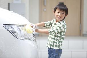 車を洗う男の子の写真素材 [FYI01326445]