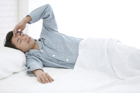 寝起きの男性の写真素材 [FYI01326449]