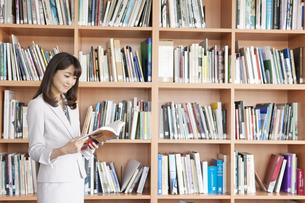 本を読む女性の写真素材 [FYI01326462]