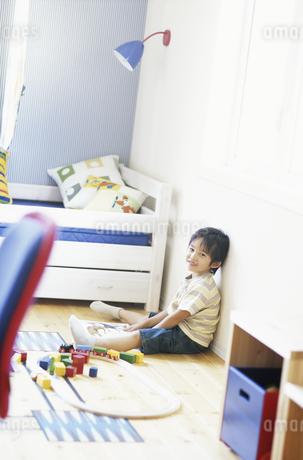 子供部屋で遊ぶ男の子の写真素材 [FYI01326482]