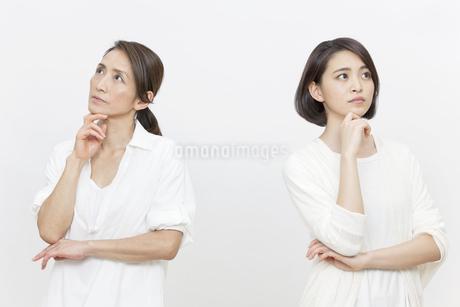 考え事をする母親と娘の写真素材 [FYI01326535]