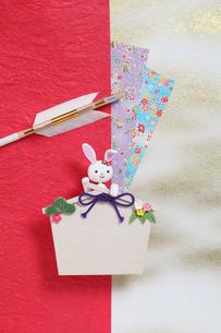 招き兔と絵馬と弓矢の写真素材 [FYI01326544]