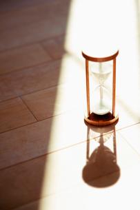 陽射しの中の砂時計の写真素材 [FYI01326562]