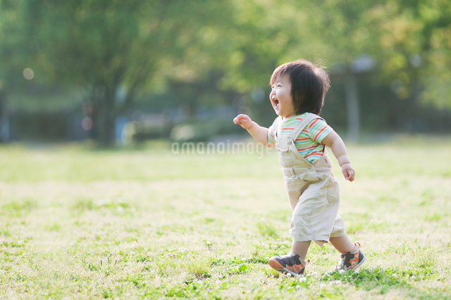 公園を走る男の子の写真素材 [FYI01326625]