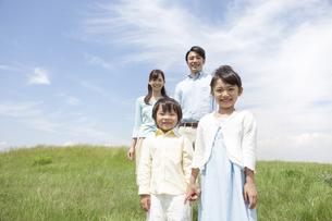 笑顔の家族4人の写真素材 [FYI01326627]