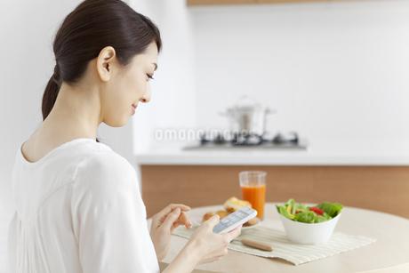 スマートフォンを見る女性の写真素材 [FYI01326629]
