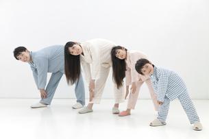 体操をする家族4人の写真素材 [FYI01326647]