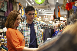 買い物をするカップルの写真素材 [FYI01326650]