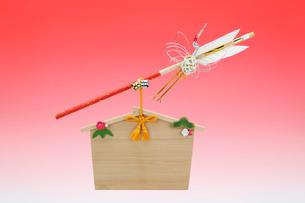 水引の鶴がついた破魔矢と絵馬の写真素材 [FYI01326697]