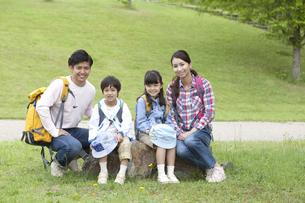 ハイキングをする4人家族の写真素材 [FYI01326699]