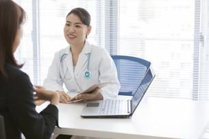 打ち合わせをする女医とビジネスウーマンの写真素材 [FYI01326764]
